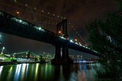 ноча manhattan моста стоковые фотографии rf