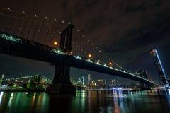 ноча manhattan моста стоковое изображение rf
