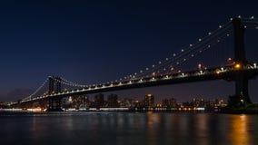 ноча manhattan моста стоковое изображение