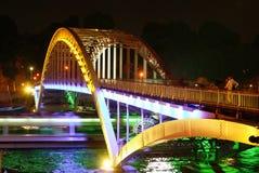 ноча paris моста Стоковое фото RF