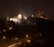 ноча prague замока взгляд городка республики cesky чехословакского krumlov средневековый старый Стоковые Фото