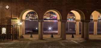 ноча stockholm здание муниципалитет стоковая фотография rf