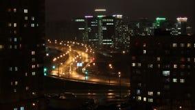 ночи latvia города рождества сказ fairy захолустный скоро подобный к Автомобили идут вдоль дороги ночи Светофоры проблескивают зе сток-видео