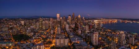 Ночная жизнь города Сиэтл после захода солнца от теплой ночи лета Стоковое Фото