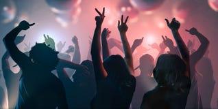 Ночная жизнь и концепция диско Молодые люди танцует в клубе Стоковое Фото