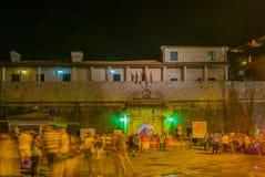 Ночная жизнь на въездных ворота к городку Kotor старому Стоковые Фотографии RF