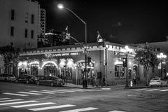 Ночная жизнь на историческом квартале Сан-Диего - КАЛИФОРНИЯ Gaslamp, США - 18-ОЕ МАРТА 2019 стоковое фото