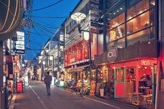 Ночная жизнь на улице города Осака вместе с магазинами, барами, и ресторанами украшенными с неоновыми вывесками на ноче Стоковые Фото