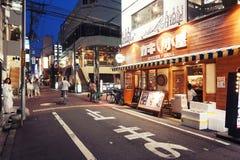 Ночная жизнь на улице города Осака вместе с магазинами, барами, и ресторанами украшенными с неоновыми вывесками на ноче Стоковое фото RF