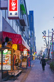 Ночная жизнь на улице города Осака вместе с магазинами, барами, и ресторанами украшенными с неоновыми вывесками на ноче Стоковое Изображение