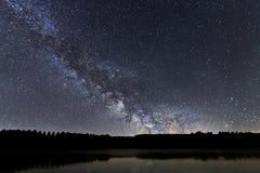 Ночное небо галактики млечного пути красивое над озером Стоковое Изображение RF