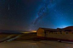 Ночное небо играет главные роли взгляд дома в деревне млечного пути, Перу стоковое изображение