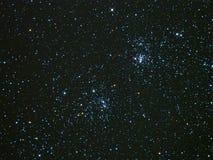 Ночное небо играет главные роли двойное созвездие Perseus группы Стоковое Фото