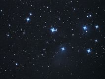 Ночное небо играет главные роли межзвёздное облако Pleiades (M45) в созвездии Тавра Стоковое Фото