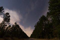 Ночное небо и звезды в Bancroft Луизиане от центра шоссе стоковые изображения rf