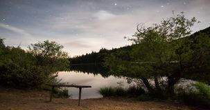 Ночное небо над верхней частью горы видеоматериал