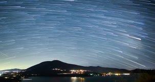 Ночное небо над верхней частью горы сток-видео