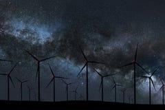 Ночное небо над ветровой электростанцией Ночное небо энергии и природы Стоковое Изображение