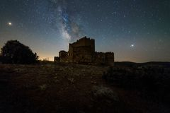 Ночное небо над испанским замком стоковые изображения
