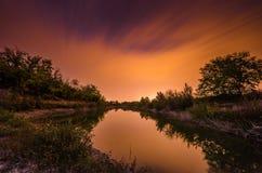 Ночное небо над озером Стоковое Фото