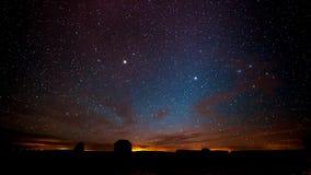 Ночное небо над долиной памятника стоковые фотографии rf