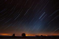 Ночное небо над долиной памятника стоковое фото rf
