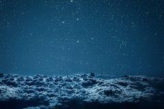 Ночное небо предпосылок с звездами и облаками Стоковая Фотография