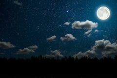 Ночное небо предпосылок с звездами и облаками стоковые изображения
