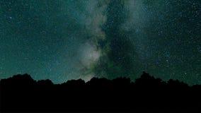 Ночное небо промежутка времени млечного пути красивое Промежуток времени - красивая галактика млечного пути над горной цепью Ночн видеоматериал