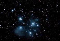 Ночное небо 7 сестер Pleiades известное с звездами стоковые изображения rf