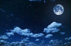Ночное небо с звездами и предпосылкой полнолуния стоковые изображения