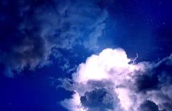 Ночное небо с молнией и звездами Стоковая Фотография
