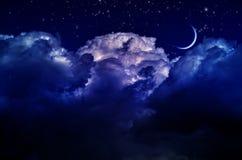 Ночное небо с облаками и луной стоковые изображения