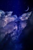 Ночное небо с облаками и луной стоковая фотография rf