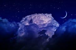 Ночное небо с облаками и луной стоковые фотографии rf