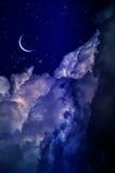 Ночное небо с облаками и луной стоковое изображение