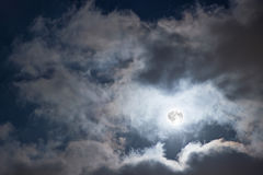Ночное небо с полнолунием и облаками Загадочное ночное небо с полнолунием Стоковая Фотография