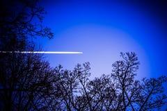 Ночное небо с самолетом Стоковые Изображения RF