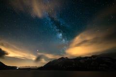 Ночное небо Astro, галактика млечного пути играет главные роли над Альпами, бурным небом, облаками движения, snowcapped горной це стоковое изображение rf