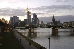 Ночной взгляд, Франкфурт и река стоковое изображение rf