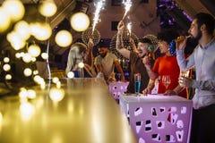 Ночной клуб Partying с друзьями Стоковая Фотография RF