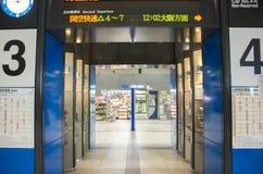Ночной магазин авиапорта Kansai Стоковые Фотографии RF
