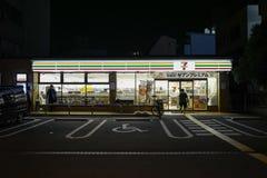7 11 ночных магазинов на nighttime 7-Eleven Inc принадлежащая Японск американская международная цепь ночного магазина стоковая фотография