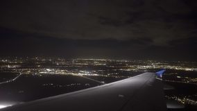 Ночь Амстердам аэроплана приземляясь сток-видео