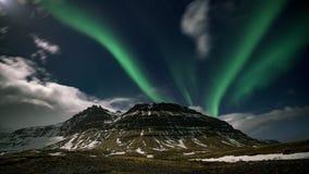 ночь кино фильма промежутка времени 4K видео- северного сияния северного сияния над горой Kirkjufell, Исландией видеоматериал