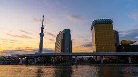 Ночь к промежутку времени дня горизонта Токио на реке Sumida, Японии акции видеоматериалы