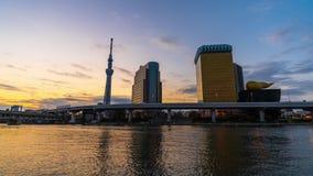 Ночь к промежутку времени дня горизонта Токио на реке Sumida, Японии видеоматериал