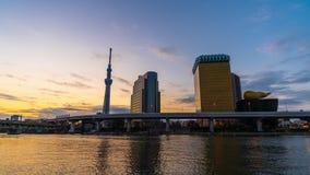 Ночь к промежутку времени дня горизонта Токио на реке Sumida, Японии сток-видео
