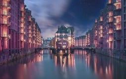 Ночь промежутка времени Speicherstadt Гамбурга со звездами стоковые фотографии rf