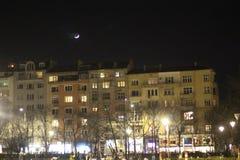 Ночь София на жилом доме в вечере и серповидной луне в красивом небе стоковое изображение rf